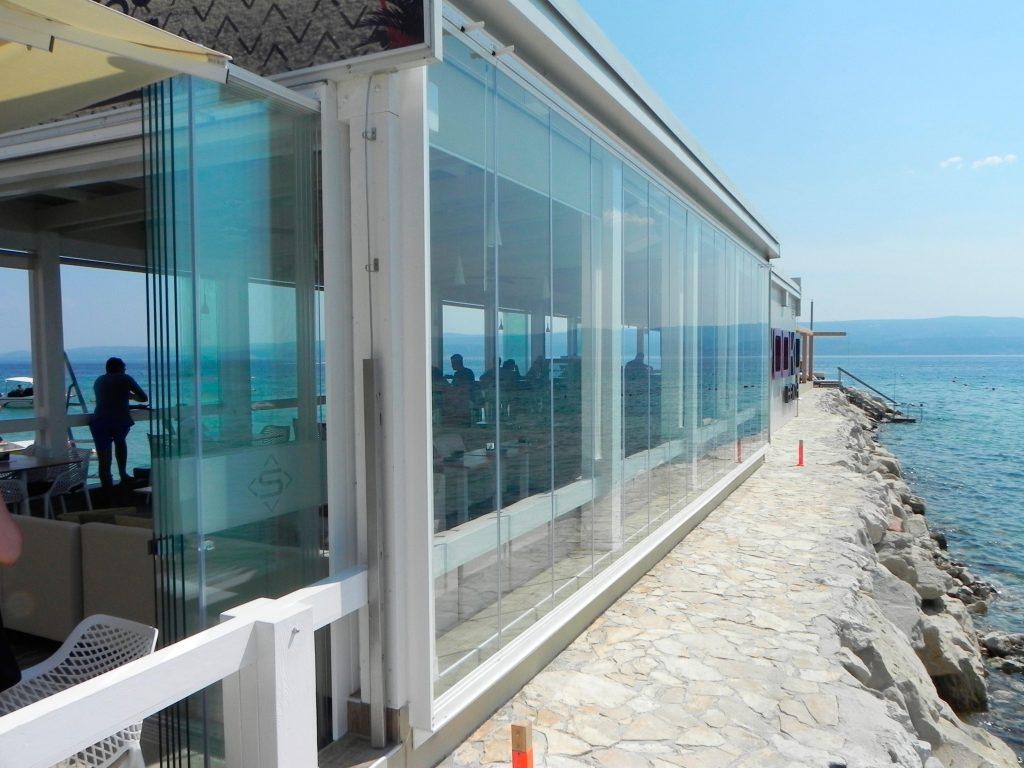 Cortinas de cristal para ganar seguridad con los cerramientos para negocios de hostelería